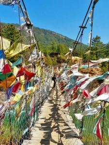 Hängebrücke mit vielen bunten Gebetsfahnen in Bumthang