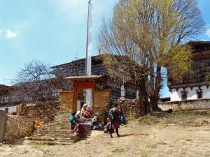 Menschen vor dem Ugencholing Herrenhaus Museum im Bumthang Tal - Bhutan Highlights
