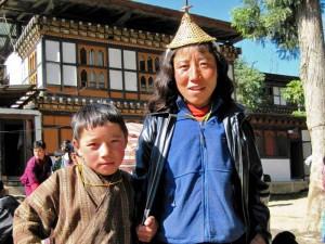 Einheimische Frau und Kind in traditioneller Kleidung