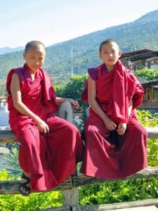 Junge Mönche in Bhutan im typischen roten Mönchsgewandt