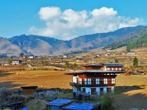 Farmhäuser und Felder im Phobjika Tal bei Bhutan Indien Reise