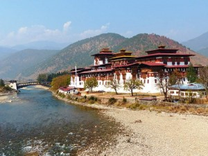 Punakha Dzong am Fluss in Bhutan