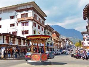 Straßenszene mit Verkehrsinsel in Thimphu
