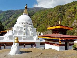 Die weiße Stupa Gom Kora in Trashi Yangtse
