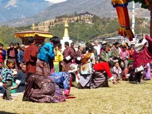 Besucher eines religösen Festivals in Bhutan