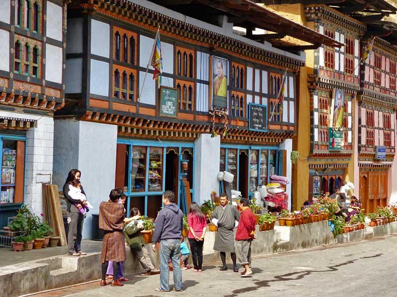 Einheimische vor örtlichen Geschäften im Stadtzentrum von Trashigang