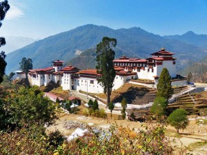 Trongsa Dzong Klosterfestung vor Bergkulisse bei Bhutan Reise