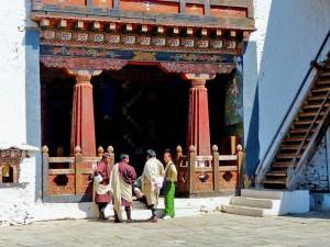Bhutanesen im Innenhof des Trongsa Dzongs