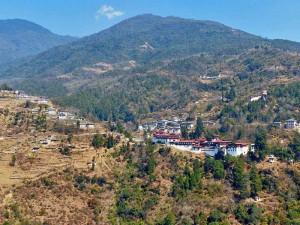 Hügelige Landschaft mit der Klosterfestung in Trongsa
