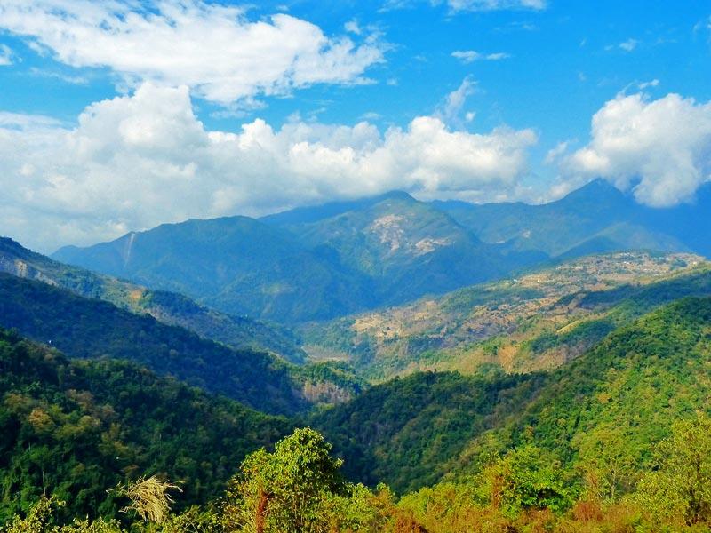 Hügelige, bewaldete Landschaft auf Ihrer Bhutan Reise