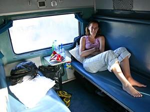 Tourist in einer Kabine im Nachtzug