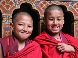 Zwei lachende junge Mönche
