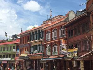 Bunte Häuser mit kleinen Geschäften in Kathmandu - Bhutan und Nepal