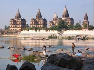Palast in Orcha am Fluss Betwa bei Bhutan Indien Reise