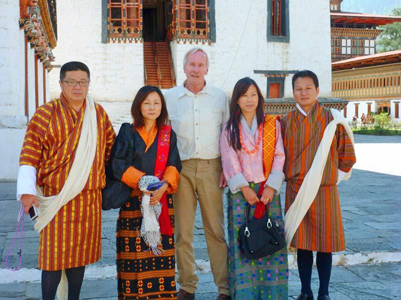 Reisender mit Einheimischen vor Punakha Dzong in Bhutan