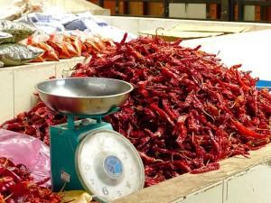 Rote getrocknete Chilis mit Waage auf einem Markt in Thimphu