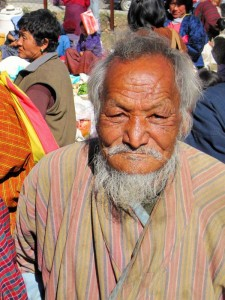Ein älterer Bhutaner mit weißem Haar auf einem Festival in Bhutan