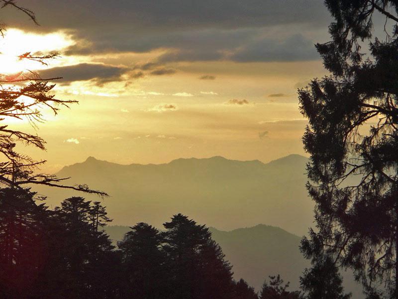 Sonnenaufgang über den Bergen beim Trekking