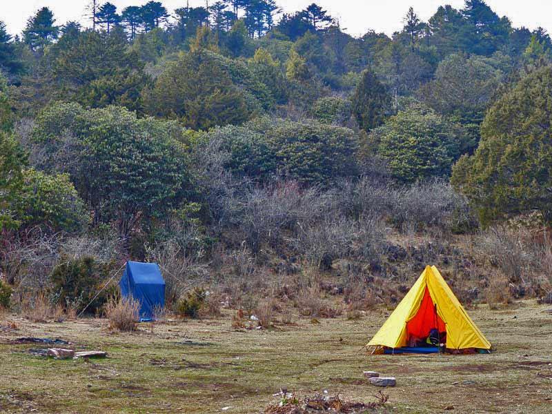 Zelt und Toilettenzelt beim Camping auf einem Bhutan Trekking