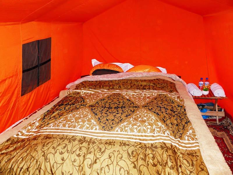 Luxuszelt mit Bett, Decken und warmen Schlafsäcken beim Bumdra Trekking in Bhutan