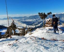 Schneebedeckter Berggipfel beim Bumdra Trekking in Bhutan