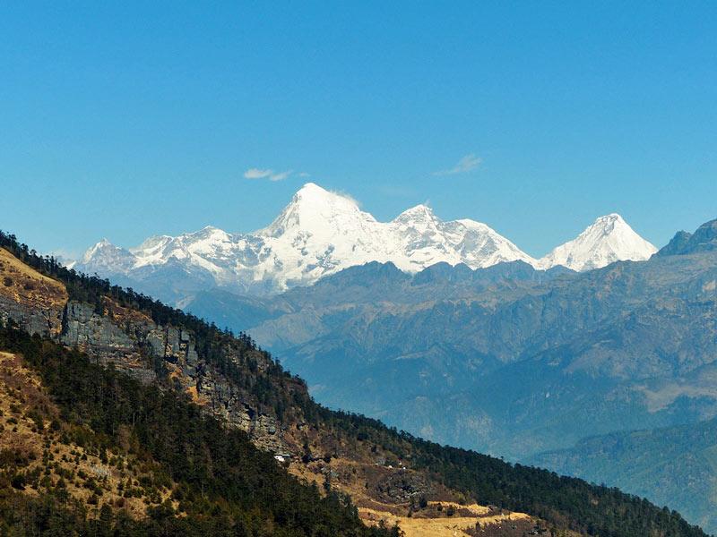 Blick auf die schneebedeckten Gipfel des Jomolhari Bergs vom Chelela Pass.