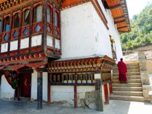 Ein Mönch betritt den weißen Tempel im Haa Tal