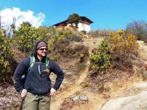 Wanderer vor Jele Dzong in Paro bei Bhutan Trekking