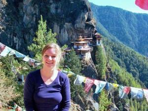 Eine Touristin vorm Tigernest Kloster bei Paro - Bhutan Highlights