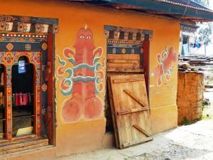 Phallus Symbole im Punakha Tal bei Bhutan Rundreise