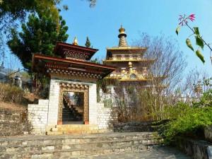 Der Eingang zum Khamsum Yulley Namgyal Chorten im Punakha Tal