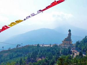 Blick auf den großen goldenen Buddha im Thimphu Tal