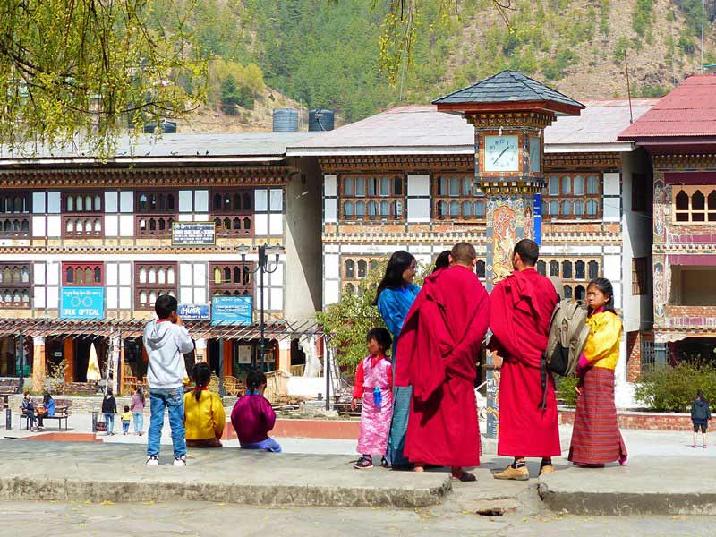 Mönche und Bhutaner vor dem Uhrenplatz in Thimphu.