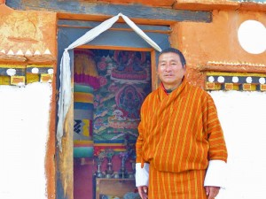 Ein Bhutanese vor einem Tempeleingang bei Thimphu