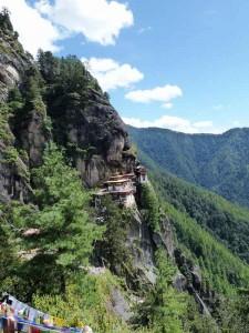 Tigernest Kloster am Felshang, umgeben von üppigen Wäldern.