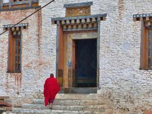 Ein Mönch betritt den Trashigang Dzong