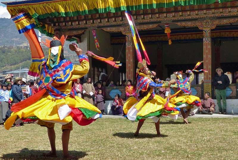 Bunt gekleidete Tänzer auf einem religösen Festival in Trashiyangtse