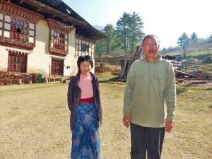 Bhutanesisches Ehepaar vor einer Farm bei Thimphu in Tshaluna