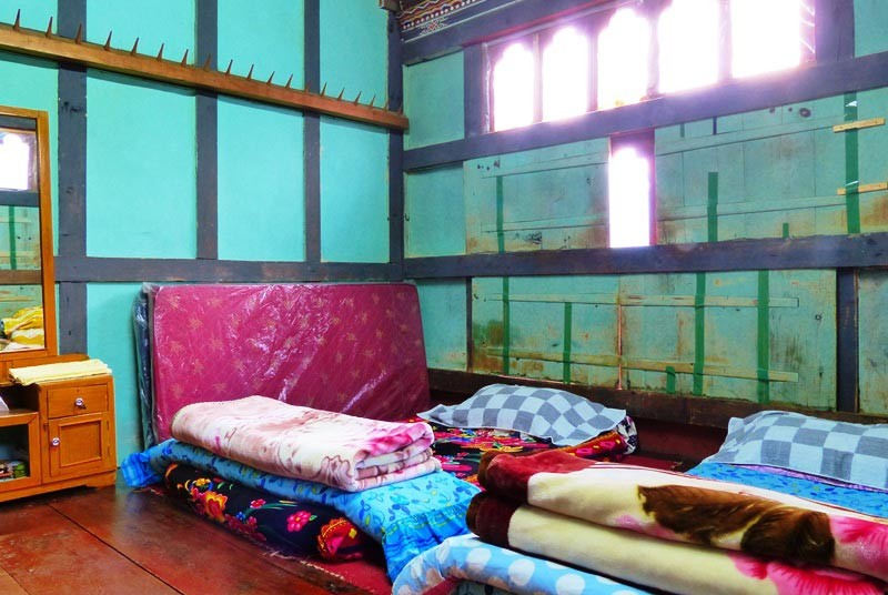 Matratzen mit Decken und Kissen auf dem Boden als Schlafraum für Touristen im Homestay.