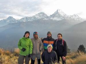 Wandergruppe vor dem Annapurna Massiv beim Poonhill Trek