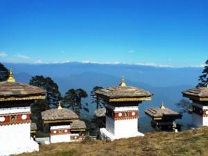 Die Stupas beim Dochula Pass mit Blick auf die schneebedeckten Berggipfel