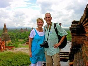 Aussicht auf Tempel in Bagan mit Reisenden