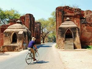 Fahrradfahrer im Tal der Tempel in Bagan, Myanmar