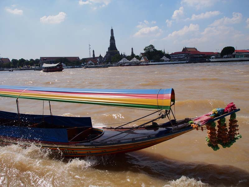 Longtailboot in Bangkok mit Aussicht auf Tempel