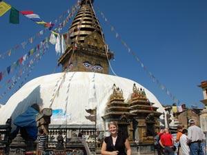 Touristin vor Affentempel in Kathmandu