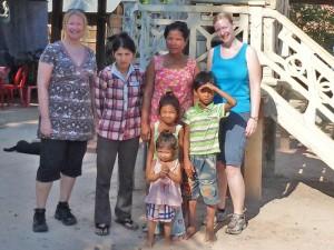 Gastfamilie mit Touristen beim Homestay auf dem Land