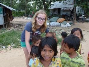 Blonder Teenager unter einheimischen Kindern