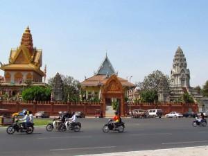 Motorroller vor Tempeln in Phnom Penh