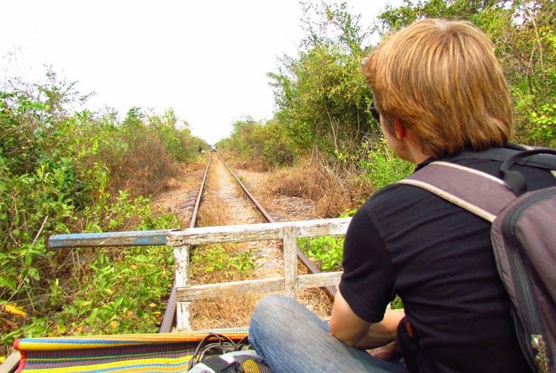 Tourist genießt die Fahrt mit dem Bamboo Train.