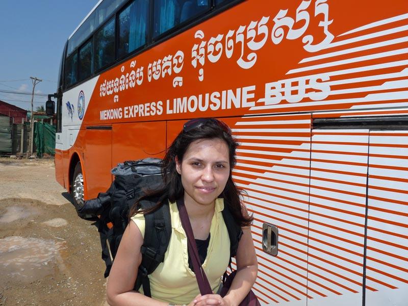 Touristin vor komfortablen, öffentlichem Bus in Kambodscha